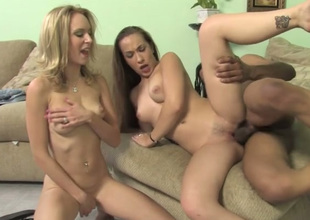 Horn-mad white hoe Jamie Elle never misses interracial MFF 3some