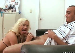 Oral pleasure from an amazing blond